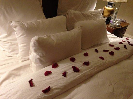 Old Course Hotel, Golf Resort & Spa: Romantic rose petals