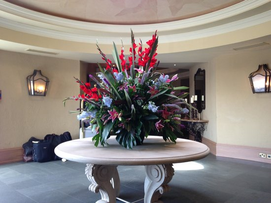 Old Course Hotel, Golf Resort & Spa: Beautiful flowers in recpetion