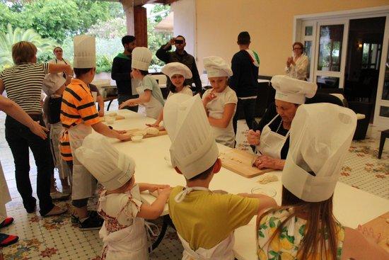 Oleandri Resort Paestum - Hotel Residence Villaggio Club: Дети готовят равиоли