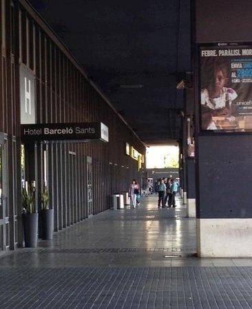 Barcelo Sants: 酒店在街外的入口