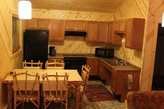 Wapiti Woods: ADA Wheelchair Accessible Family Cabin - kitchen area