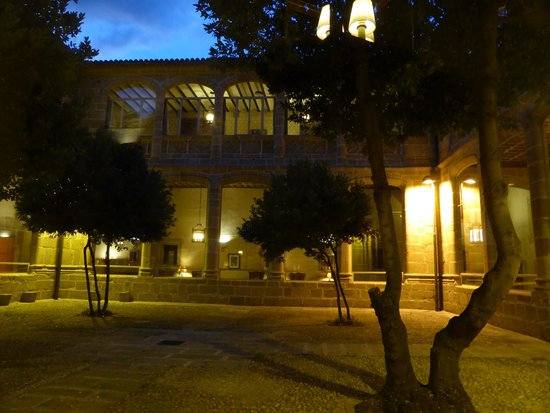 Parador de Plasencia: Internal gardens and back view of hotel