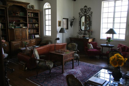 Chateau du Sureau: Library/Common area