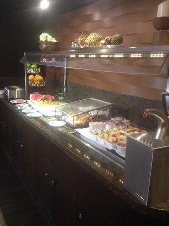 Sawridge Inn and Conference Centre Edmonton South: morning buffet