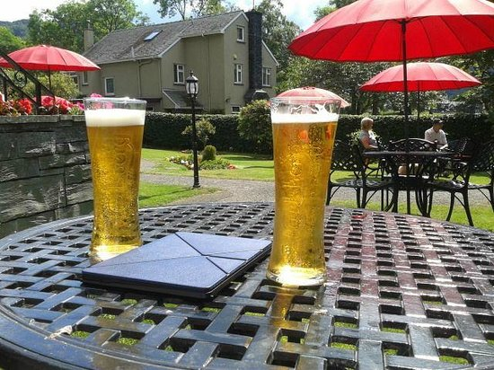 The Borrowdale Hotel: Perfect cold drink in the garden after a perfect day walking