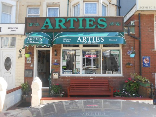 Arties Hotel: Outside View