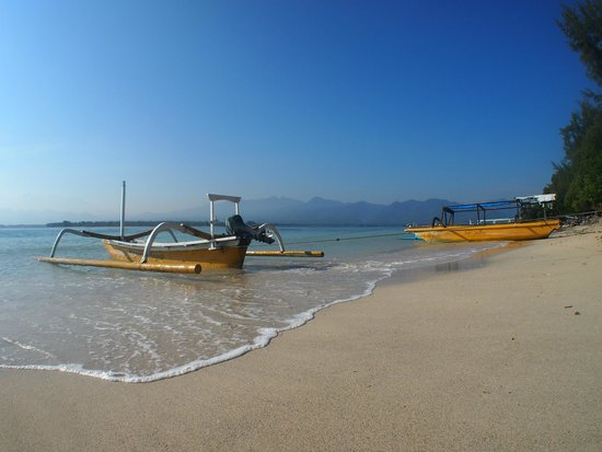 Manta Dive Gili Air Resort: Strand even verderop