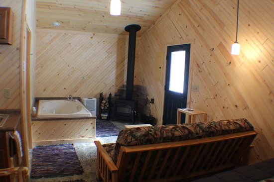 Wapiti Woods: Romantic Cabin siting area with whirlpool tub & woodburner