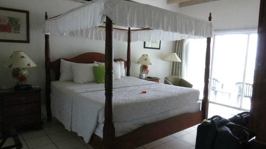 Oualie Beach Resort: Bed - King Deluxe room