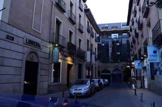 Room Mate Laura: Calle exterior hotel