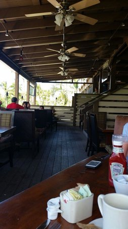 Paradise Grill and Mello's Bar: Pleasant outdoor seating