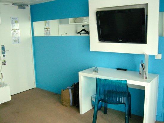 Ibis Styles Menton Centre : la parete col televisore