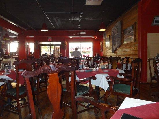 Pasqualino's Italian Restaurant: Dining area inside!