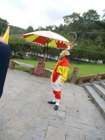Mt Huaguoshan: Monkey king costumer