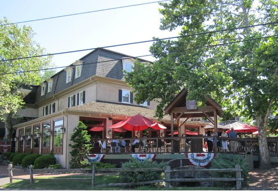 Buttonwood Grill: Beautiful Day on the Deck!