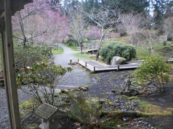 Entrance gate picture of japanese garden mayne island for Japanese garden entrance
