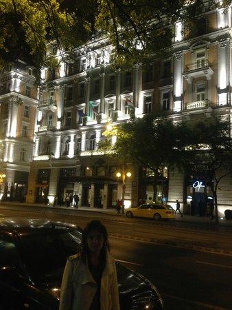 Corinthia Hotel Budapest: esterno notte