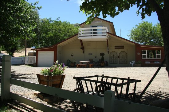 Butterfly Creek Winery & Vineyards : Tasting Room in a converted barn.
