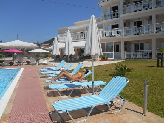 Elea Hotel: zwembad ,ligstoelen en parasols als nieuw