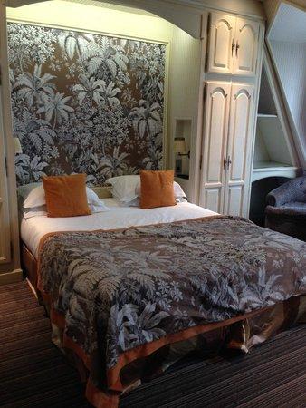 Au Manoir Saint Germain De Pres: King size bed in a room on the 6th floor over looking Blvd Saint Germain