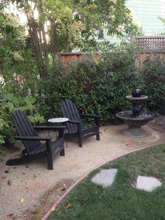 Inn on Randolph: Laurel cottage private setting area