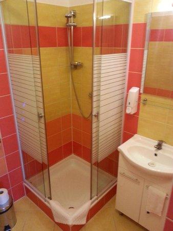 Gibraltar Vendeghaz: bathroom