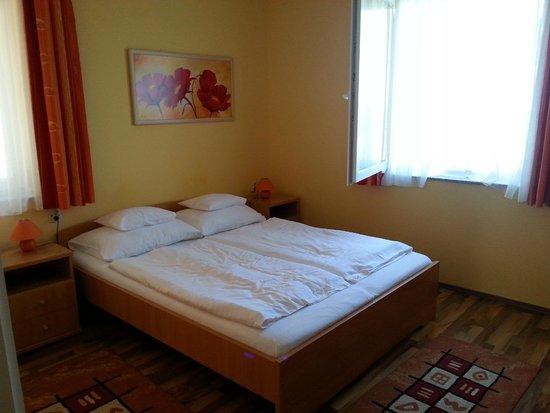 Gibraltar Vendeghaz: bedroom - east