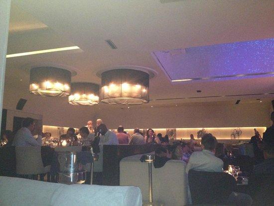 Le Blokk : Salle restaurant devant la scène
