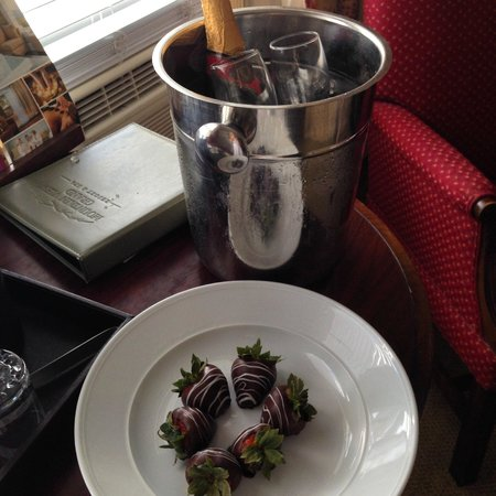 Mountain View Grand Resort & Spa: Chocolate covered strawberries & champagne - Romance package