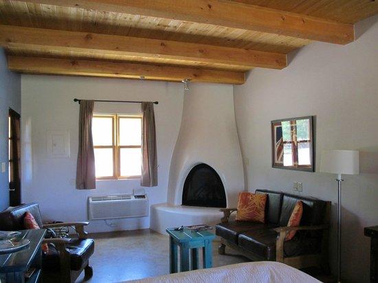 Abiquiu Inn: Bedroom view