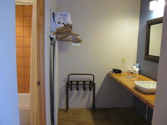 Abiquiu Inn: Bathroom
