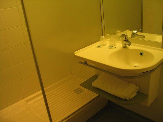 ibis Budget Marseille Vieux Port - bathroom