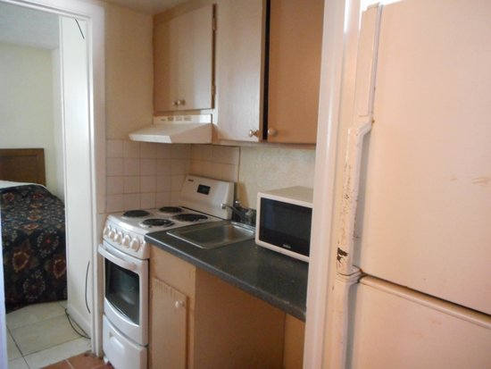 Calypso Motor Inn: small kitchen no table like in pictures on web stove had foil under eyes