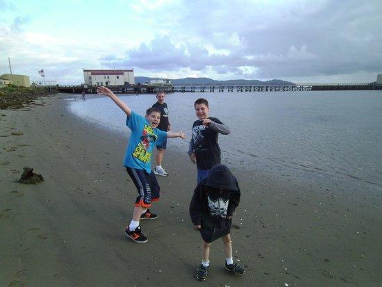 Harborview Inn & RV Park: Kids on the beach