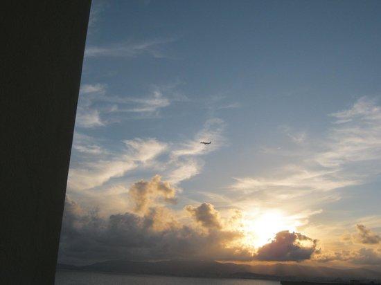 BQ Apolo Hotel : Balcony night view of incoming plane