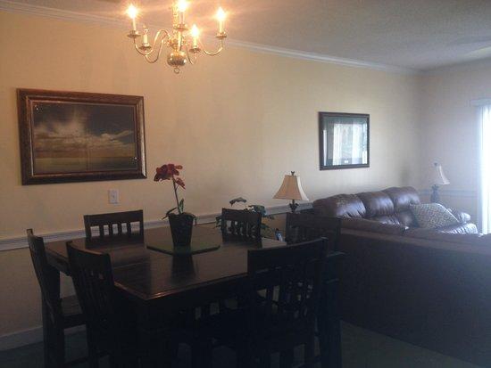 Myrtlewood Villas: Dining room/living room