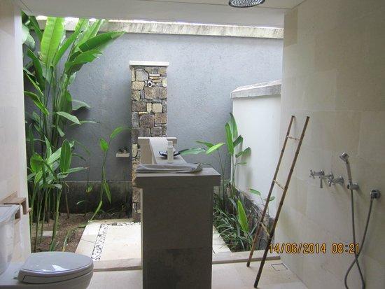 Sudamala Suites & Villas Senggigi: Garden room open air bathroom