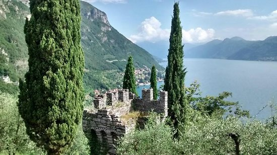 Holidays in Gittana: View of the castle from the path