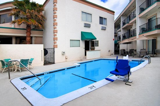 Quality Inn & Suites Sunnyvale/Silicon Valley: Outdoor Swimming Pool