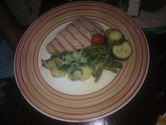 Karako : Tuna steak grilled - brambory jsou automaticky jako obloha :)