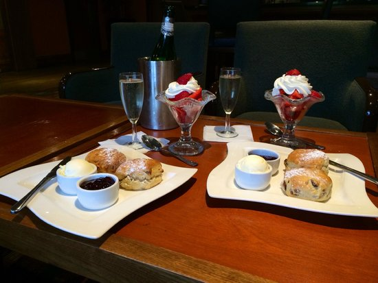 Norton Park - A QHotel: Afternoon Tea in the Scene Lounge/Bar.