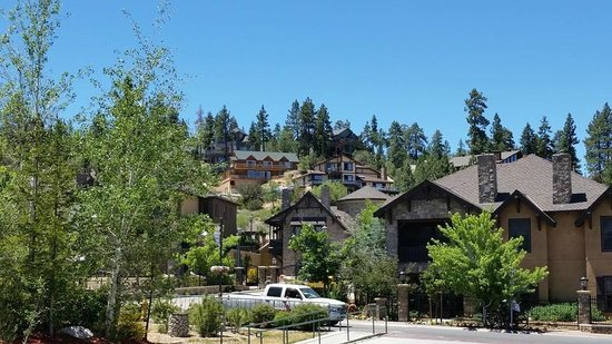 The Lodge at Big Bear Lake, a Holiday Inn Resort: hotel grounds and surrounding area