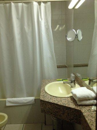 Hotel Pitiusa: Salle de bain avec baignoire