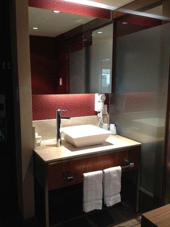 Hotel Universel Montreal: Salle de bain séparée