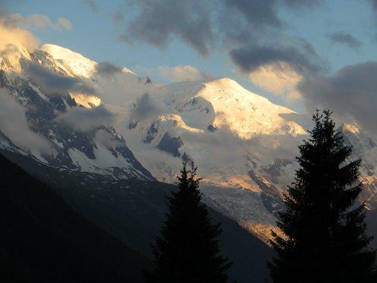 Gite le Belvedere: Sunset over Mont Blanc