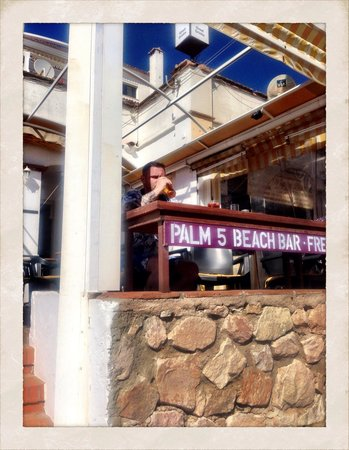 Palm 5 Beach Bar: Me having a pint looking out to see