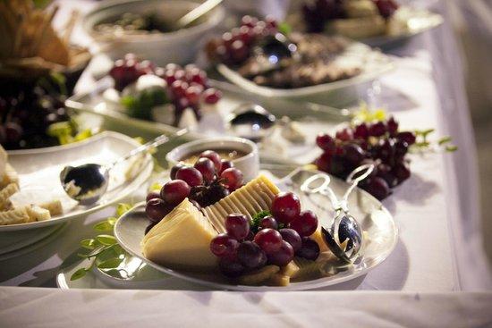 Las Perlas Hotel & Resort Playa Blanca: Beautiful display of food for the wedding.
