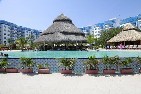 Las Perlas Hotel & Resort Playa Blanca: Main pool and swim up bar.