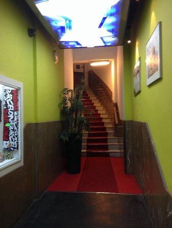 Raval Rooms Barcelona: L'entrée avec interphone