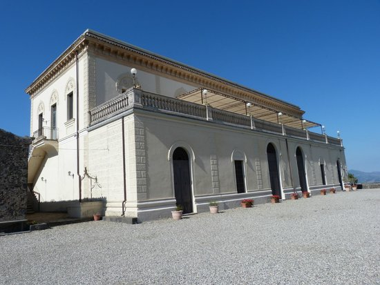 Hotel Feudo Vagliasindi: The hotel is on the top 2 floors, below is the old wine press